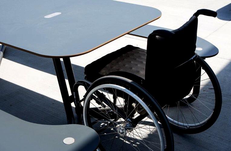 HPL og handicapventlig bænk